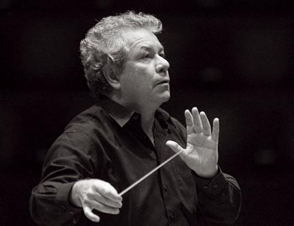 Jiří Bělohlávek dirige le BBC Symphony Orchestra au Théâtre des Champs-Élysées