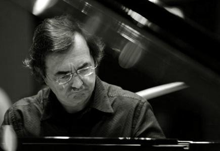 le pianiste français Pierre-Laurent  joue Kurtág