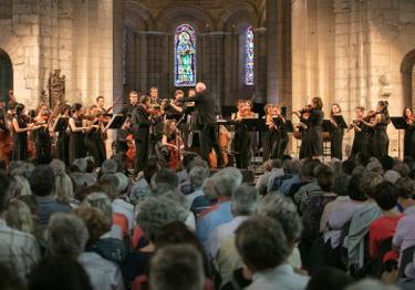 au Festival de Saintes, William Christie dirige le Jeune Orchestre de l'Abbaye,