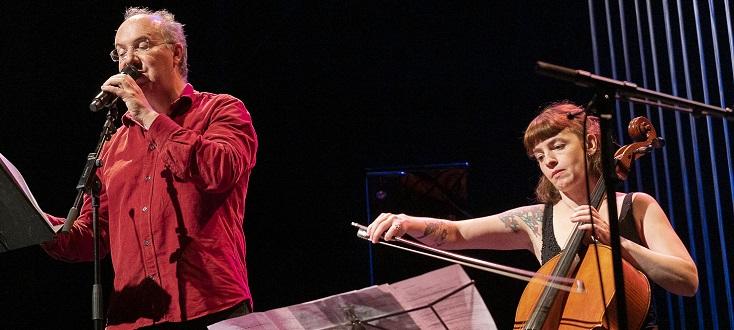 Entouré de divers musiciens, Alain Damasio partage ses textes