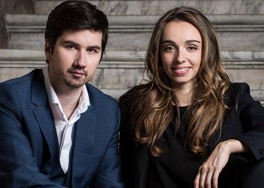 Accompagnée au luth, Léa Desandre chante le premier baroque italien