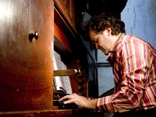 l'organiste Frédéric Desenclos à Cucuron pour le Festival de La Roque d'Anthéron