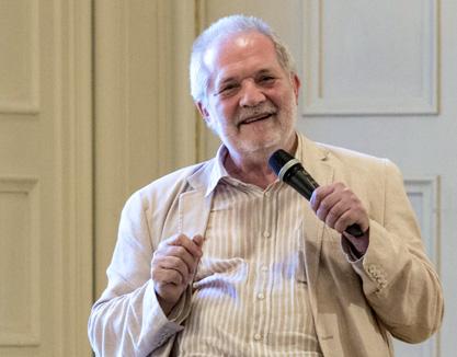 à Salzbourg, le compositeur hongrois Péter Eötvös explique son Quatuor au public