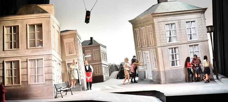L'impressionnant décor de Nikolaus Webern pour le Falstaff (Verdi) de Parme