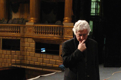 le metteur en scène Yannis Kokkos photographié à l'Opéra national de Bordeaux
