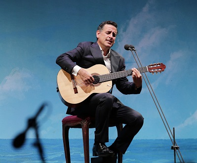 Juan Diego Flórez s'accompagne lui-même à la guitare