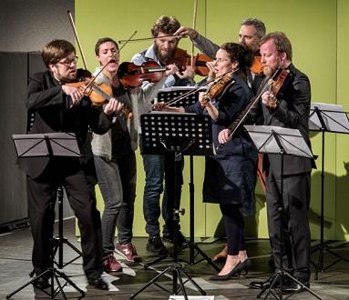 tous les seconds violons des formations invitées à Heidelberg en fraîche parodie
