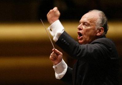 le chef Lorin Maazel à la tête du New York Philharmonic Orchestra