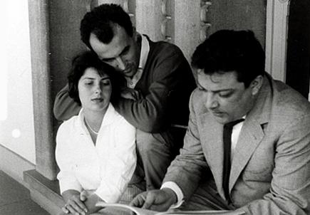 les compositeurs Maderna et Nono, à la fenêtre avec Mlle Schönberg