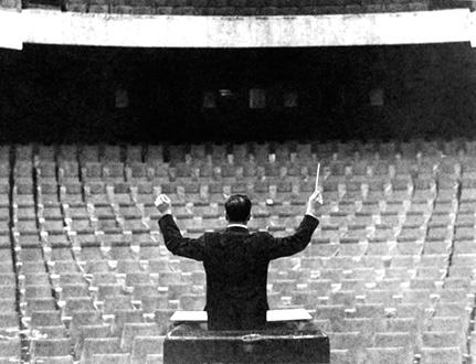 Yves Klein dirige sa Symphonie Monoton en 1959