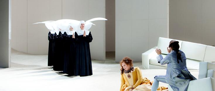 curieux défilé de religieuses dans le désert de Manon Lescaut de Puccini