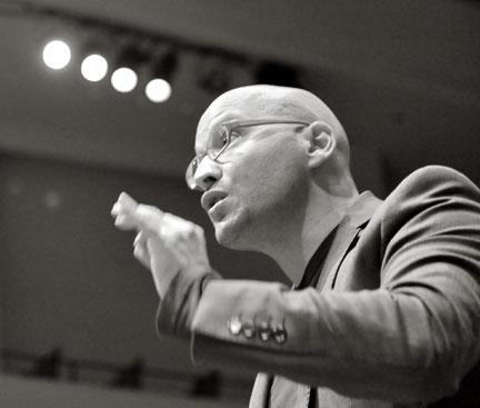 conversation entre le chef Enrique Mazzola et le musicologue Bertrand Bolognesi