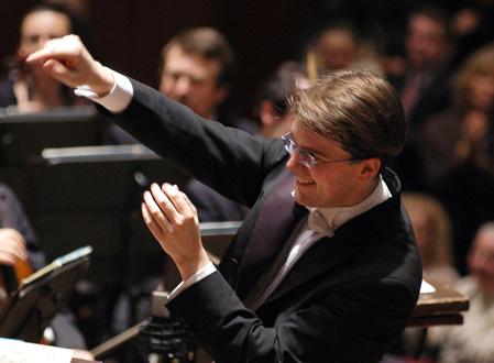 le jeune chef tchèque Tomáš Netopil dirige l'Orchestre de Paris à Pleyel