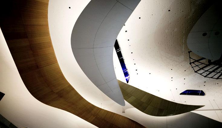 les courbes du plafond de la Philharmonie de Paris © Julien Mignot