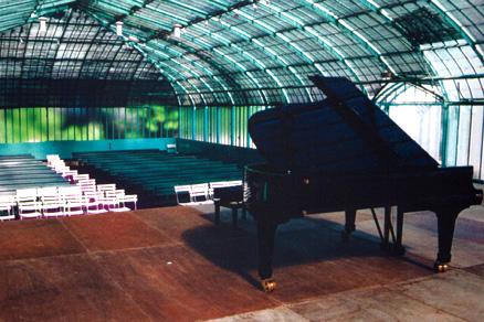 scène et piano, dans le pavillon des azalées du jardin des serres d'Auteuil