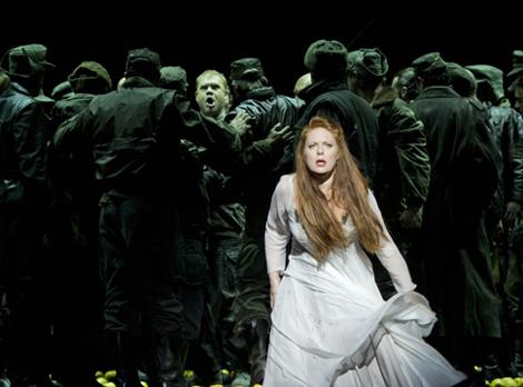 Martina Serafin est Sieglinde (Die Walküre) à l'Opéra Bastille