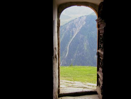 Photo de Bertrand Bolognesi, une chapelle s'ouvre sur les alpes