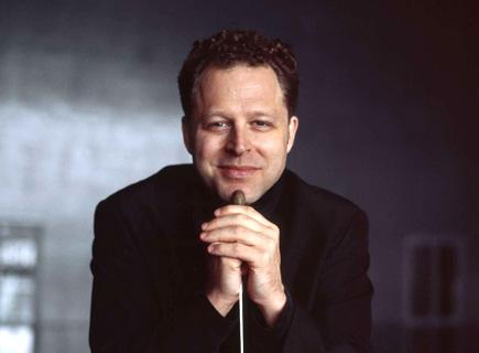 le chef d'orchestre John Axelrod