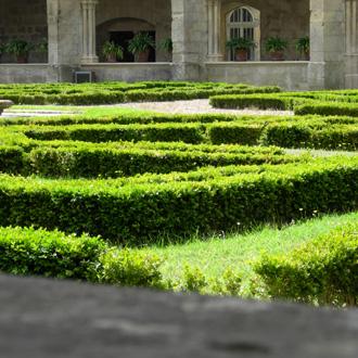 la pelouse du cloître de l'Abbaye de Royaumont, par Bertrand Bolognesi