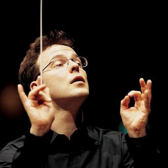 le chef finlandais Salari Oramu dirige l'Orchestre de Paris