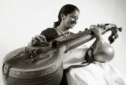Jayanthi Kumaresh joue la vînâ au Théâtre de la Ville (Paris)